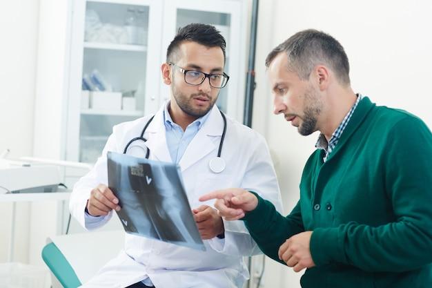 Discutir la radiografía de la articulación