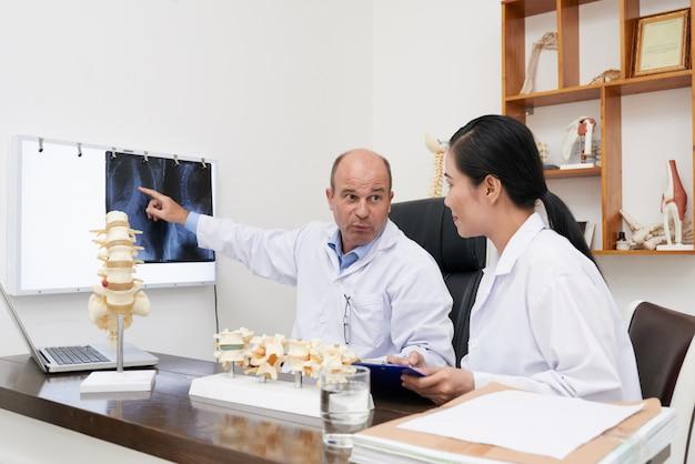 Discutir la radiografía de la columna vertebral
