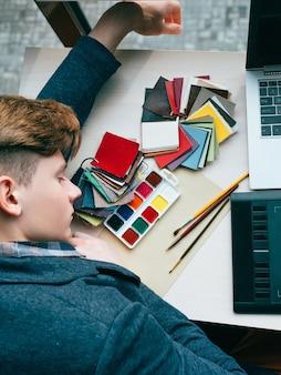 Diseñador cansado con exceso de trabajo, gestión del tiempo dormido
