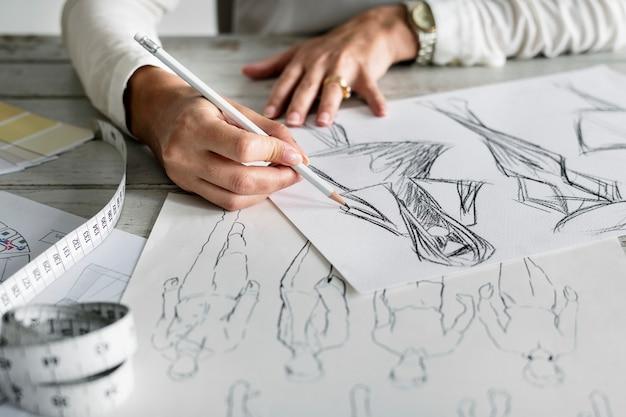 Diseñador caucásico creando nuevo diseño