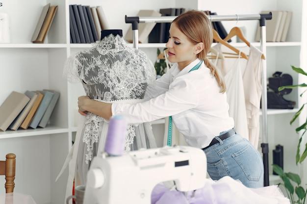 Diseñador crea ropa en estudio