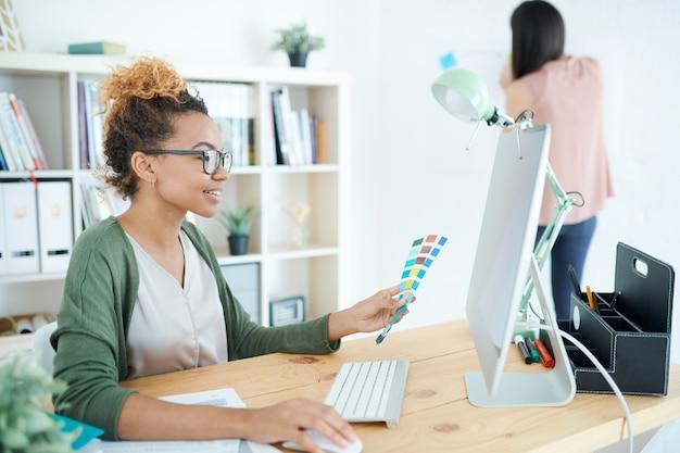 Diseñador creativo afroamericano en el escritorio