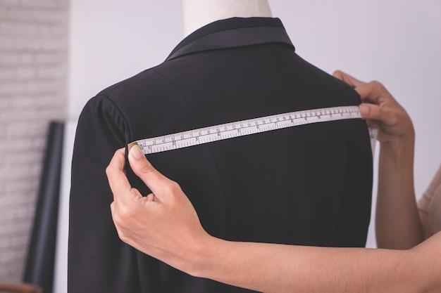 Diseñador de estilista de moda asiática en chaqueta de medición