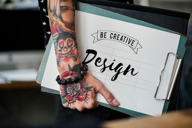Diseñador de moda sosteniendo un portapapeles
