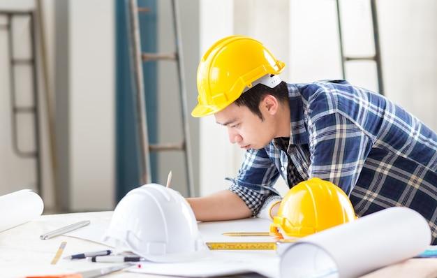 Diseñador e ingeniero civil diseña una idea para un proyecto de construcción industrial y de viviendas en la oficina
