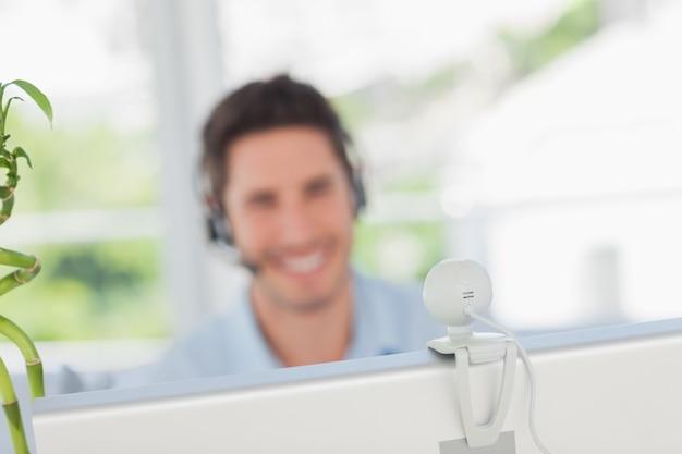 Diseñador feliz teniendo un video chat