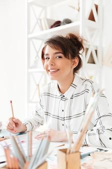 Diseñador femenino atractivo que crea ropa nueva