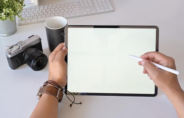Diseñador gráfico fotógrafo en el lugar de trabajo.