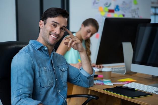 Diseñador gráfico masculino en el escritorio