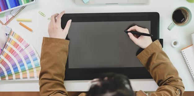 Diseñador gráfico profesional redacción en tableta digital