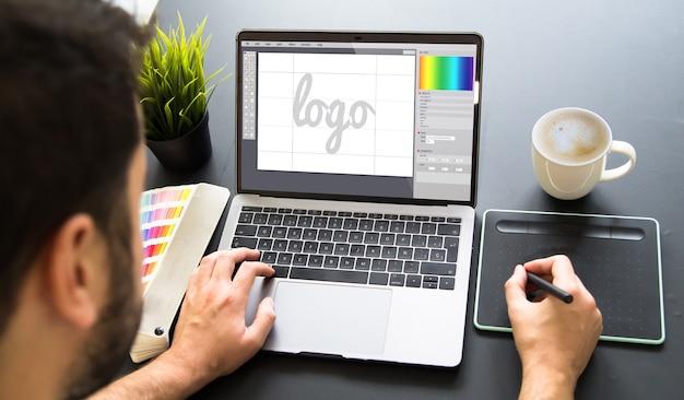 Diseñador gráfico que trabaja en la computadora portátil