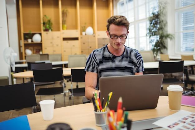 Diseñador gráfico que trabaja en su escritorio
