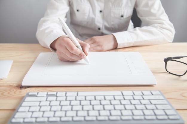 Diseñador gráfico con tableta de dibujo en la oficina.