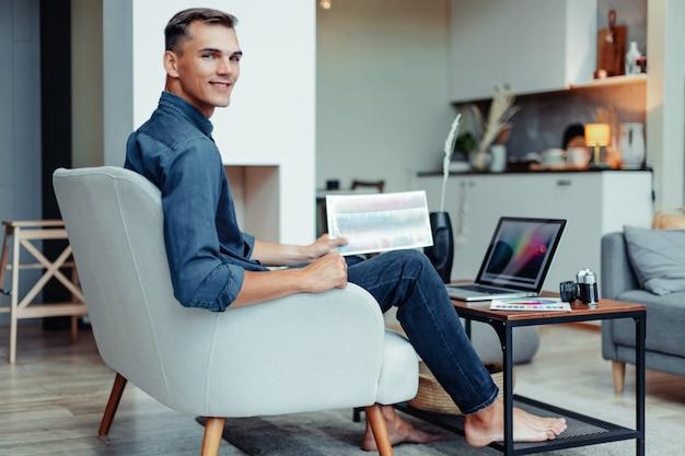 El diseñador gráfico trabaja en las personas y la tecnología de la oficina en casa.
