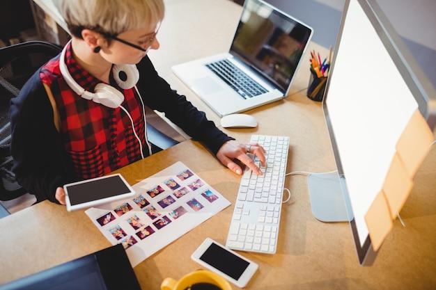 Diseñador gráfico trabajando en computadora