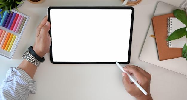 Diseñador gráfico trabajando con lápiz stylus y tableta de dibujo en la oficina