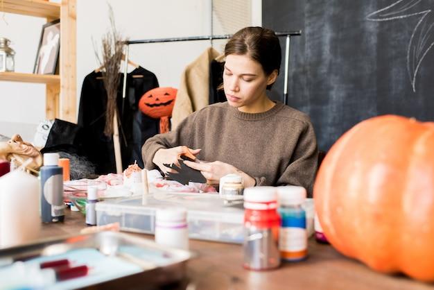 Diseñador de halloween haciendo decoración en estudio
