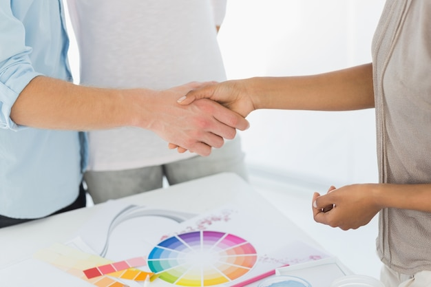 Diseñador de interiores dándole la mano al cliente