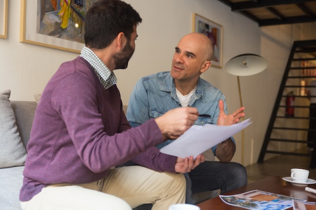 Diseñador de interiores y dueño de casa discutiendo ideas para renovación