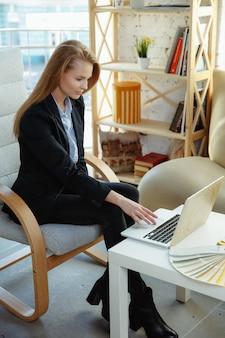 Diseñador de interiores que trabaja en la oficina moderna.