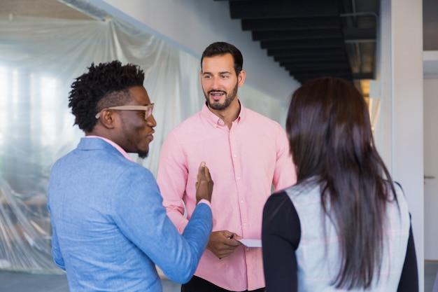 Diseñador de interiores reunido con clientes