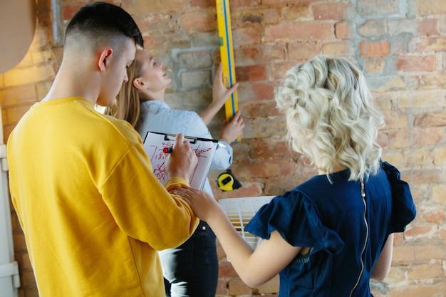 Diseñador de interiores trabajando con pareja joven.
