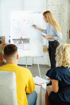 Diseñador de interiores trabajando con pareja joven