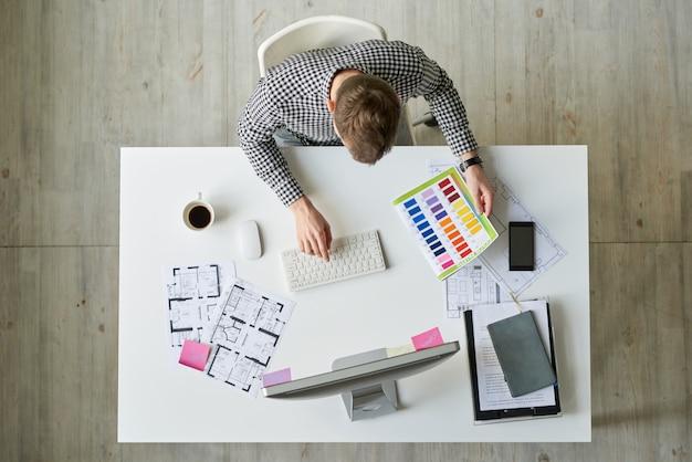 Diseñador de interiores trabajando en planos de casas