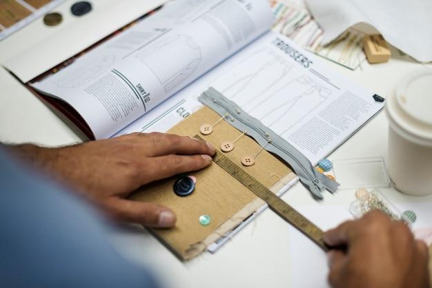 Un diseñador está midiendo los botones.