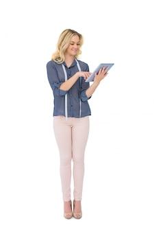 Diseñador de moda bonito alegre que usa la tableta