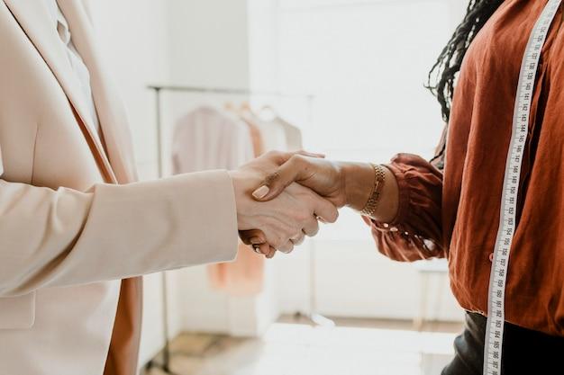 Diseñador de moda haciendo un trato comercial
