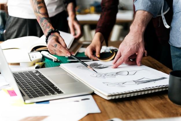Diseñador de moda sketch drawing costume concept