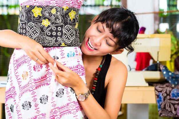 Diseñador de moda trabajando en casa