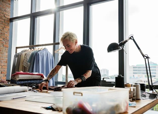 Diseñador de moda trabajando en un estudio.