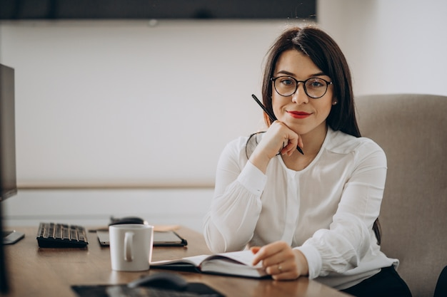 Diseñador de mujer joven que trabaja en el escritorio