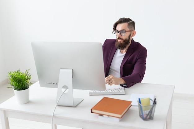Diseñador de personas y artista conceptual de tecnología trabajando en la computadora