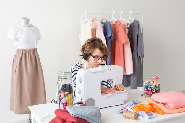 Diseñador de ropa, costurera, concepto de personas - diseñador de ropa que trabaja
