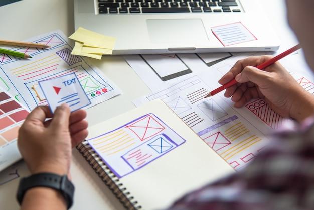 Diseñador de sitios web, planificación creativa, desarrollo de aplicaciones, creatividad gráfica, mujer que trabaja en una computadora portátil y diseñando estilo de ideas de colores