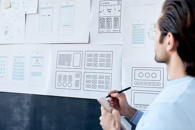 Diseñador de software tomando notas