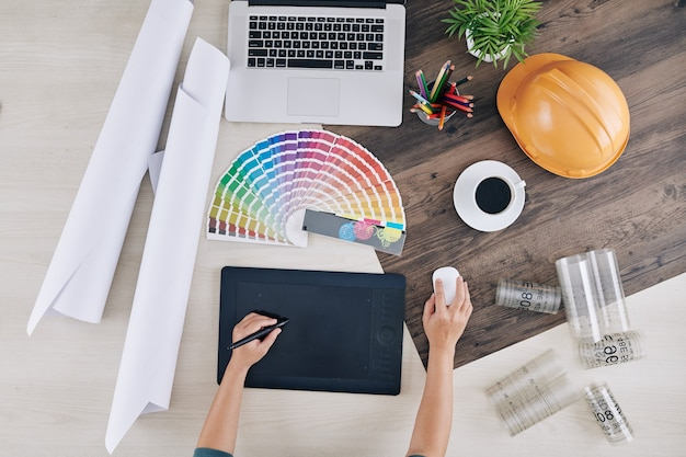 Diseñador trabajando en tableta gráfica