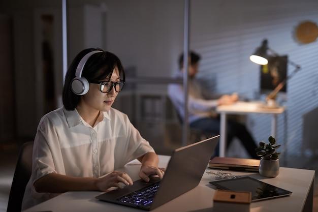 Diseñador trabajando hasta tarde en la noche