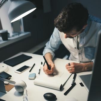Diseñador en el trabajo en la oficina