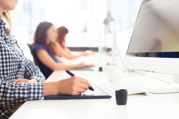 Diseñador usando tableta gráfica en la oficina