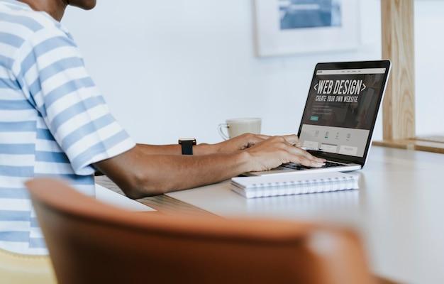 Diseñador web en computadora