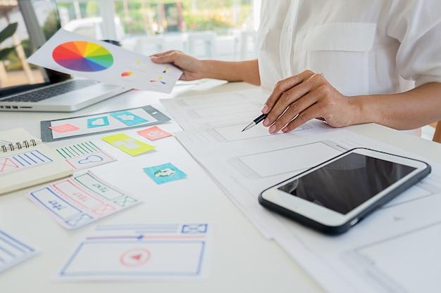 El diseñador web creativo planea la aplicación y desarrolla el diseño de plantillas, marco para teléfonos móviles. concepto de experiencia de usuario (ux).