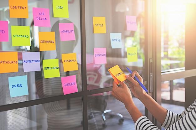 Diseñador web creativo que planea la aplicación y desarrolla el framework de diseño de plantillas.