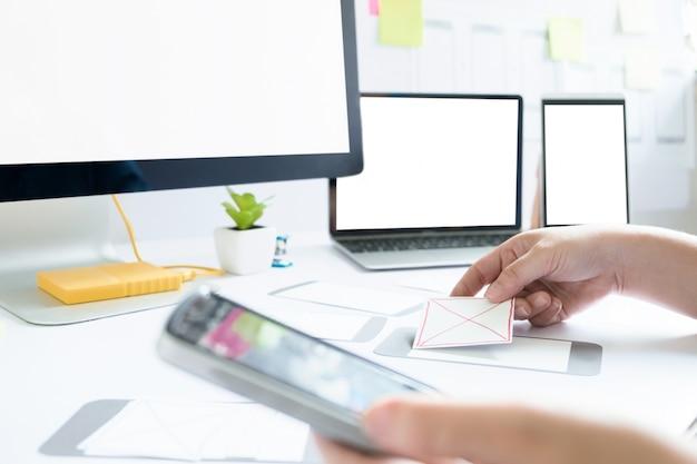 Diseñador web, diseñador ui ui trabajando para la pantalla de diseño.