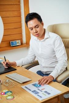 Diseñador web trabajando en sitio web