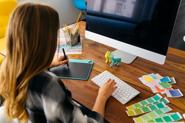 Diseñadora gráfica creativa en frente de ordenador