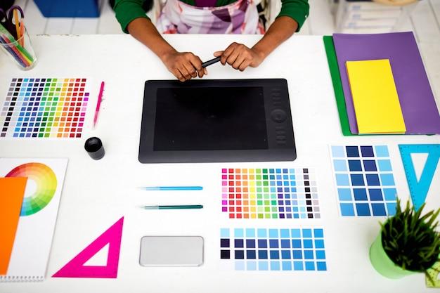 Diseñadora gráfica en oficina con herramientas